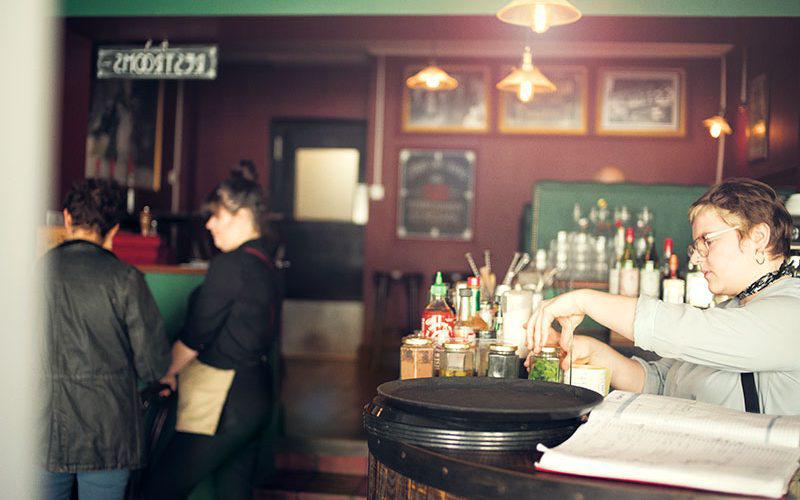 Waitress serves cocktails in The Tipsy Vegan, 诺维奇